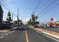 道なりに進むと「公園通り歯科」と書かれた緑色の看板が見えます。